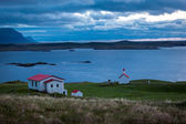 House overlooking a sheltered bay in Iceland — Стоковое фото