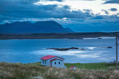 House overlooking a sheltered bay in Iceland — Foto Stock