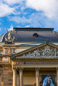 Domed roof and classical stone frieze detail — Стоковое фото