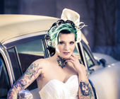 Bride with vintage car — Stock Photo