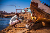 Workers repair a boat — Photo