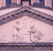 Statues in a gable — Foto Stock