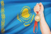 背景 - カザフスタン共和国の旗を手にメダルします。 — ストック写真