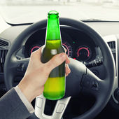 Man holding bottle of beer while driving - 1 to 1 ratio — Stockfoto