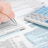 United States of America Tax Form 1040 - man filling out tax form - 1 to 1 ratio — Stock Photo