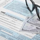 Formulário de imposto Estados Unidos 1040 com óculos - proporção de 1 para 1 — Fotografia Stock