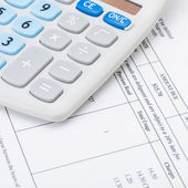 Studio shot of receipt next to calculator - 1 to 1 ratio — Stock Photo