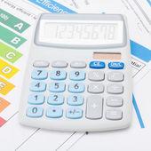 Taschenrechner mit energie-effizienz diagramm - studioaufnahme - 1 zu 1 verhältnis — Stockfoto