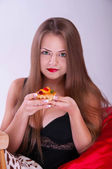 A pretty girl with a delicious cake — Stock Photo