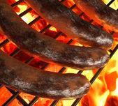 Grilování s párky na grilu — Stock fotografie