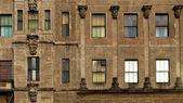 Ventanas y la pared vieja — Foto de Stock