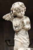 Old Crumbling Cherub Angel Statue — Stock Photo