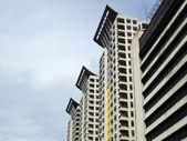 Tres modernos edificios rascacielos de condominios — Foto de Stock