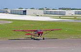 A small red propeller airplane — Foto Stock