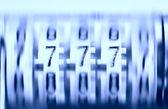Drie sevens op de oude roterende teller. jackpot! — Stockfoto
