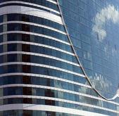 отражение облаков в здании стекла — Стоковое фото