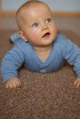 The baby learns to crawl — Stock Photo