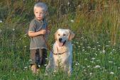 Młody chłopiec i pies — Zdjęcie stockowe