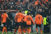 Shakhtar footballers celebrate after scoring the ball — Stock Photo