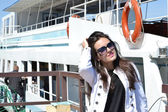Garota posando perto de um navio — Foto Stock