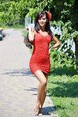 裸足で歩く赤いドレスの女 — ストック写真