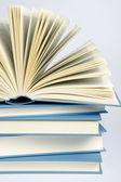 Una pila de libros azules sobre fondo azul claro — Foto de Stock