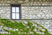 Vecchio muro di pietra e finestra, melnik, bulgaria — Foto Stock