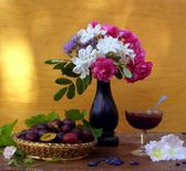 Still life with plums and jam — Stockfoto