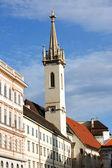 Gotische kerk in Wenen op straat — Stockfoto
