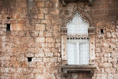 окно на стене старого дома — Стоковое фото