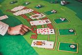 用 croupier 的手黑杰克赌场表 — 图库照片
