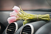 Tulpen bos op autodashboard — Stockfoto