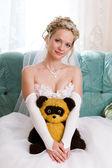 Mooie bruid met haar beer-toy — Stockfoto