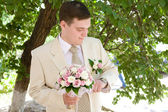 Bräutigam mit uhr — Stockfoto
