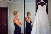 Braut mit ihrem kleid — Stockfoto