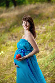 Happy pregnant girl with apple — Foto Stock