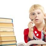 meisje lezen met Vergrootglas — Stockfoto