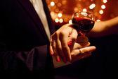 赤ワインと愛好家の手 — ストック写真