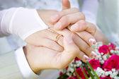 Dvě ruce s snubní prsten — Stock fotografie