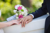 Bouquet and wedding rings — Stock Photo
