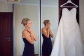她的衣服的新娘 — 图库照片