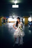 Panna młoda w garażu — Zdjęcie stockowe