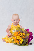 Mała dziewczynka z bukietem kwiatów wielki — Zdjęcie stockowe