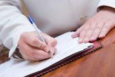Adam kağıt imzalama — Stok fotoğraf