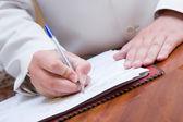 Muž podepisování papíru — Stock fotografie