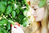Flicka med äpple — Stockfoto