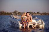 Mladý pár na lodi — Stock fotografie