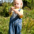 Child with berries — Foto de Stock