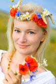 Donna nel campo con papaveri — Foto Stock