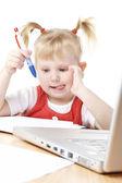 Criança e computador portátil — Fotografia Stock